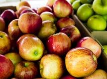 Manzanas en una cesta en el mercado de los granjeros fotografía de archivo