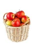 Manzanas en una cesta en un fondo blanco Foto de archivo