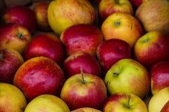 Manzanas en una parada del mercado Imágenes de archivo libres de regalías