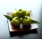 Manzanas en una placa fotografía de archivo