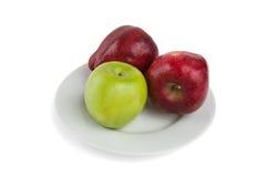 Manzanas en una placa blanca Foto de archivo libre de regalías