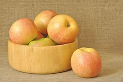 Manzanas en una placa de madera Imagen de archivo libre de regalías
