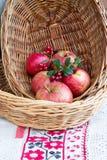 Manzanas en una placa de mimbre Foto de archivo libre de regalías