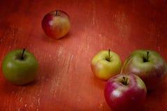 Manzanas en una tabla anaranjada Fotografía de archivo libre de regalías
