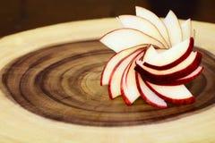 Manzanas en una tabla de cortar Fotos de archivo libres de regalías