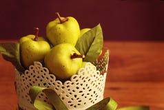 Manzanas en una tabla de madera fotografía de archivo libre de regalías