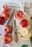 Manzanas en una tajadera blanca Fotos de archivo libres de regalías
