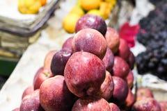 Manzanas en venta en tiro del primer del mercado fotos de archivo libres de regalías