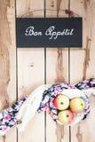 Manzanas estacionales maduras en el backround de madera Fotografía de archivo
