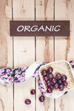 Manzanas estacionales maduras en el backround de madera Fotografía de archivo libre de regalías