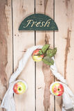 Manzanas estacionales maduras en el backround de madera Imagen de archivo libre de regalías