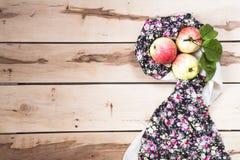 Manzanas estacionales maduras en el backround de madera Fotos de archivo