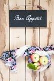 Manzanas estacionales maduras en el backround de madera Imagenes de archivo