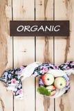 Manzanas estacionales maduras en el backround de madera Foto de archivo libre de regalías