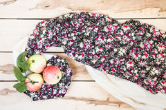 Manzanas estacionales maduras en el backround de madera Fotos de archivo libres de regalías
