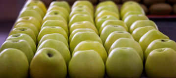 Manzanas exhibidas en la tienda Fotografía de archivo libre de regalías