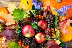 Manzanas, flores azules del leavesand colorido, visión superior Foto de archivo libre de regalías