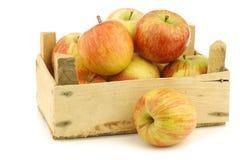 Manzanas frescas de Fuji en un embalaje de madera fotos de archivo
