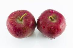 Manzanas frescas del rojo dos aisladas en el fondo blanco imagenes de archivo