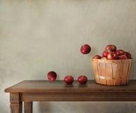 Manzanas frescas en el vector de madera Imágenes de archivo libres de regalías