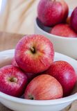 Manzanas frescas en un cuenco Fotos de archivo