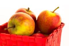 Manzanas frescas en una cesta Fotografía de archivo libre de regalías