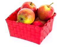 Manzanas frescas en una cesta Imagenes de archivo
