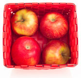 Manzanas frescas en una cesta Imagen de archivo libre de regalías