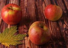 Manzanas frescas, maduras en una tabla de madera vieja Fruta a cumplir con la dieta fotos de archivo libres de regalías