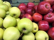 Manzanas frescas rojas y verdes en caja plástica Imagen de archivo