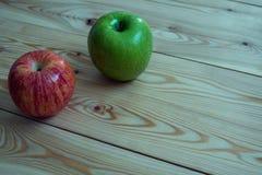 Manzanas frescas Manzanas rojas y verdes en el fondo de madera Imagen de archivo