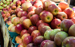 Manzanas frescas y jugosas para la venta Fotografía de archivo