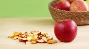 Manzanas frescas y secadas en fondo de madera Fotografía de archivo libre de regalías