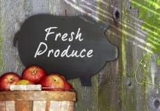 Manzanas frescas y uva negra del menú de la pizarra del cerdo Imagen de archivo