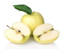 Manzanas 'golden delicious' con una rebanadas por la mitad Imagenes de archivo