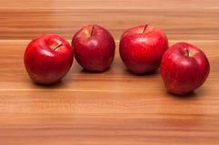 Manzanas 'golden delicious' en un fondo de madera Foto de archivo libre de regalías