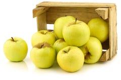 Manzanas 'golden delicious' frescas en un embalaje de madera Fotografía de archivo libre de regalías