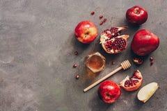 Manzanas, granada y miel en un fondo rústico oscuro A?o Nuevo - Rosh Hashana Comida jud?a tradicional Visi?n superior, espacio de imagenes de archivo
