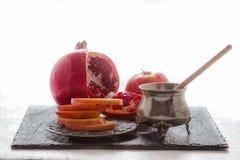 Manzanas, granada y miel para Rosh Hashanah Imagen de archivo libre de regalías