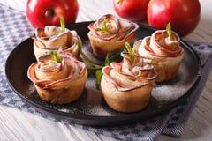 Manzanas hermosas de los pasteles bajo la forma de rosas Foto de archivo