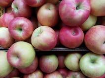 Manzanas jugosas en venta fotos de archivo libres de regalías