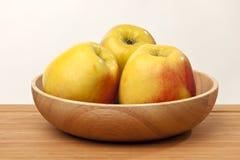 Manzanas maduras en tazón de fuente Fotografía de archivo libre de regalías
