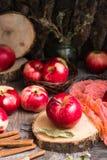 Manzanas maduras en una tabla de madera Fotos de archivo libres de regalías