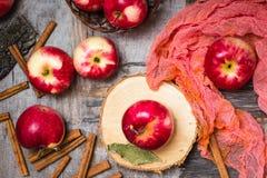 Manzanas maduras en una tabla de madera Imagen de archivo