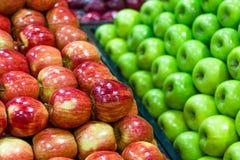 Manzanas maduras frescas exhibidas maravillosamente imágenes de archivo libres de regalías