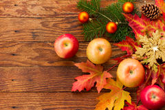 Manzanas maduras rojas y hojas de otoño brillantes Imágenes de archivo libres de regalías