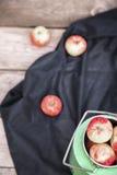 Manzanas orgánicas en la tabla de madera Imagen de archivo