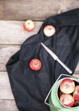 Manzanas orgánicas en la tabla de madera Fotos de archivo