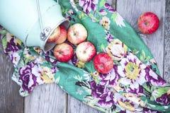 Manzanas orgánicas en la tabla de madera Imagen de archivo libre de regalías