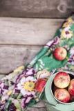 Manzanas orgánicas en la tabla de madera Fotografía de archivo libre de regalías